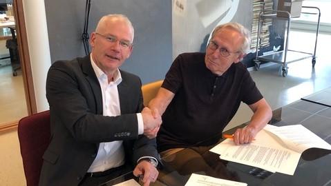 Martinus de Kam ondertekent het contract bij Uitgeverij Gopher. Nicole Pluim verzorgt de illustraties