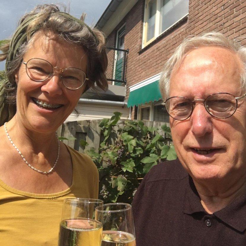 Martinus de Kam en Nicole Pluim brengen een toost uit op het ondertekenen van het contract bij Uitgeverij Gopher