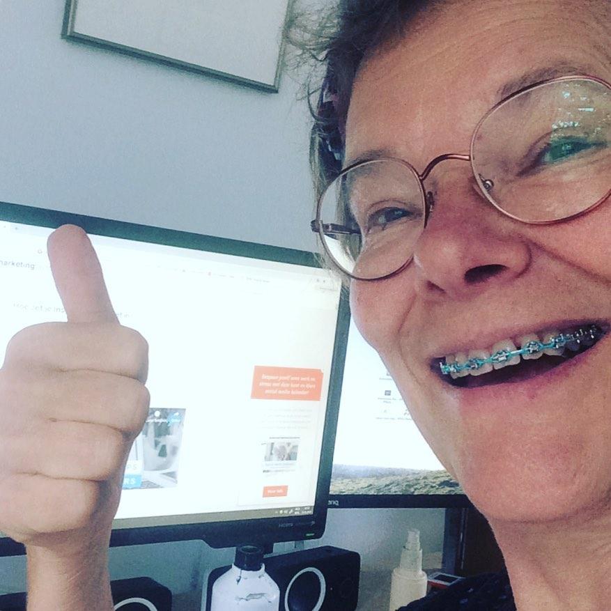 Achter de PC is Nicole Pluim bezig zich in te lezen in social media