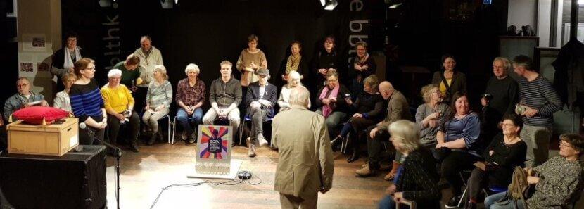 Nicole Pluim Project MAS Jaap Kruithof Expo 42 dingen Anti-Coronahoepelrok met staf